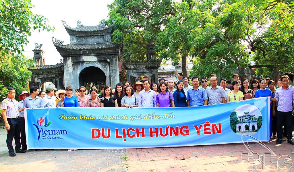 Đoàn chụp ảnh lưu niệm tại đình - chùa Hiến