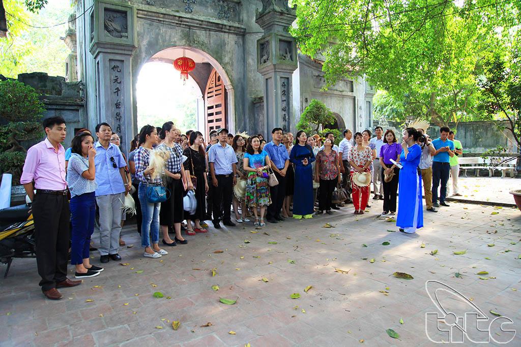 Đoàn khảo sát tham quan đền Mẫu