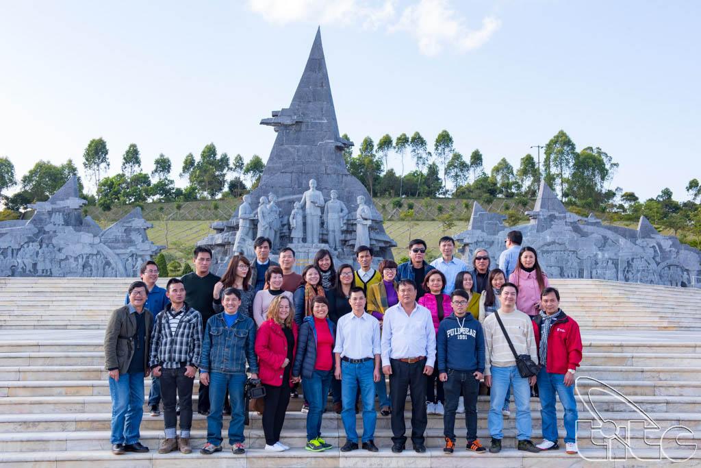 Đoàn chụp ảnh lưu niệm tại Tượng đài Bác Hồ với đồng bào các dân tộc Lai Châu