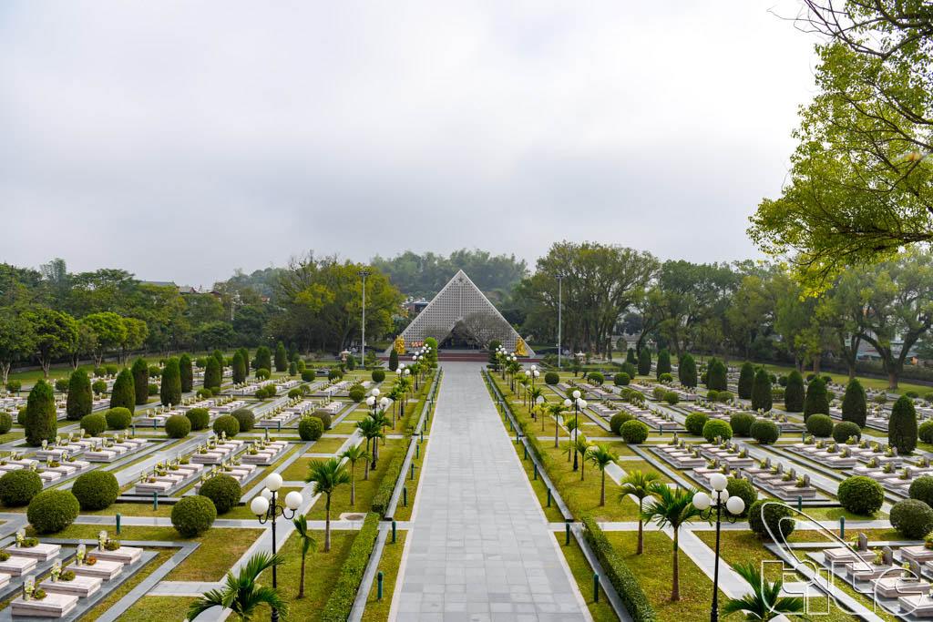 Đoàn tham quan Nghĩa trang liệt sỹ Điện Biên Phủ