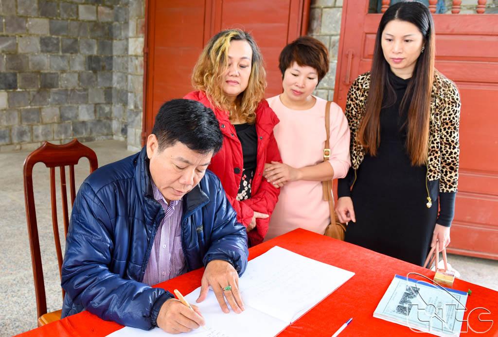 Trưởng đoàn khảo sát ghi lại cảm tưởng khi tham quan Nghĩa trang liệt sỹ Điện Biên Phủ