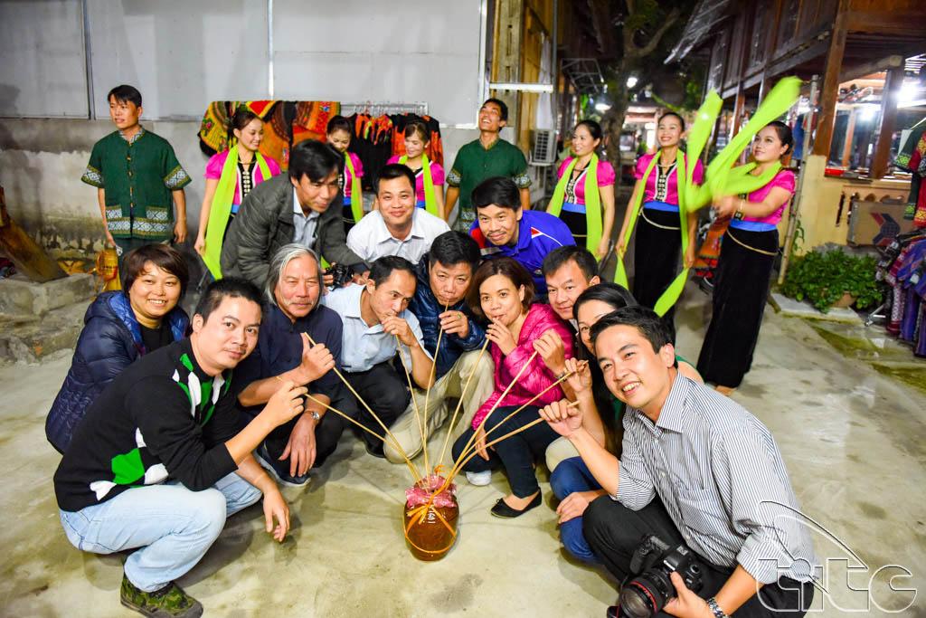 Đoàn giao lưu với các nghệ sỹ tại Bản Lác (Hòa Bình)