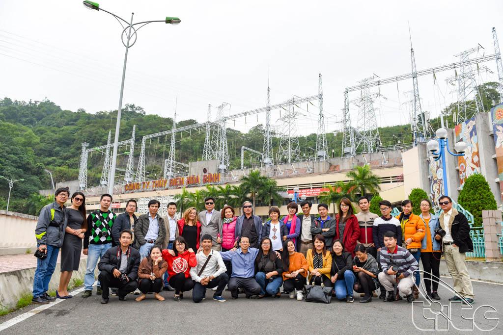 Đoàn chụp ảnh lưu niệm tại Thủy điện Hòa Bình