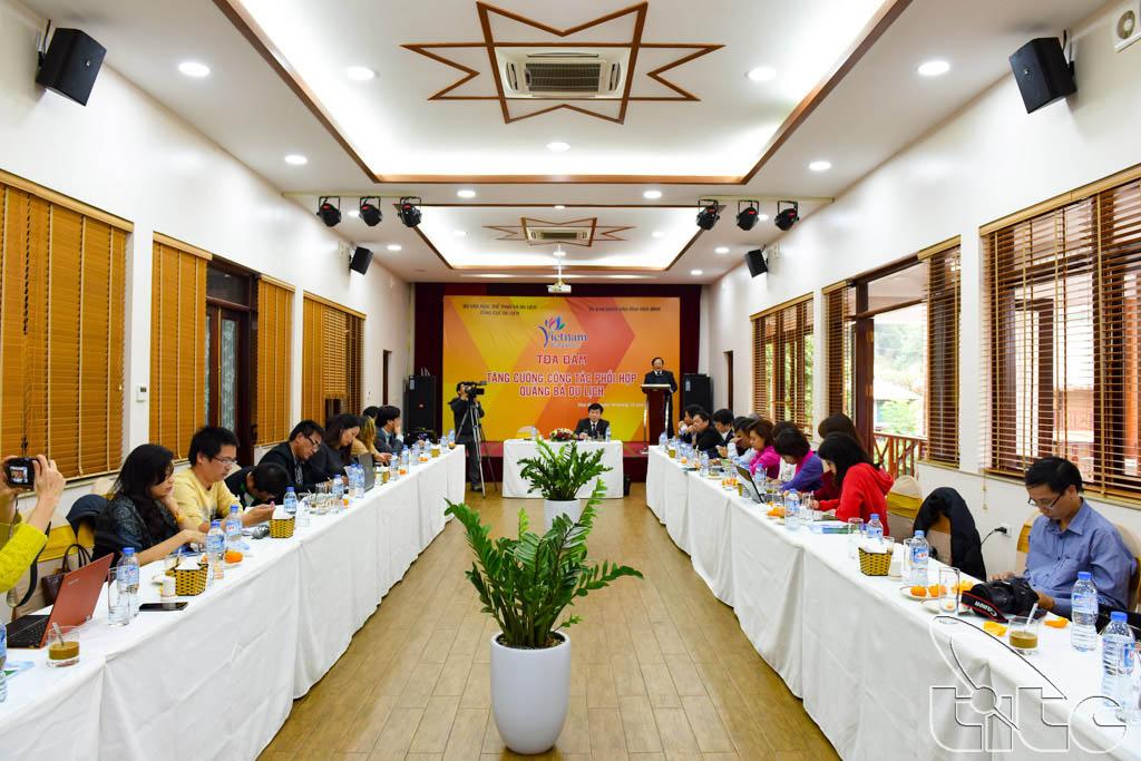 Đoàn tham dự buổi Tọa đàm Tăng cường công tác phối hợp quảng bá Du lịch tại Hòa Bình