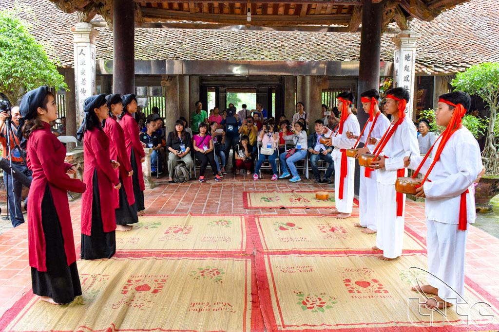 Đoàn xem biểu diễn hát Xoan cổ tại đình cổ Hùng Lô (Phú Thọ)