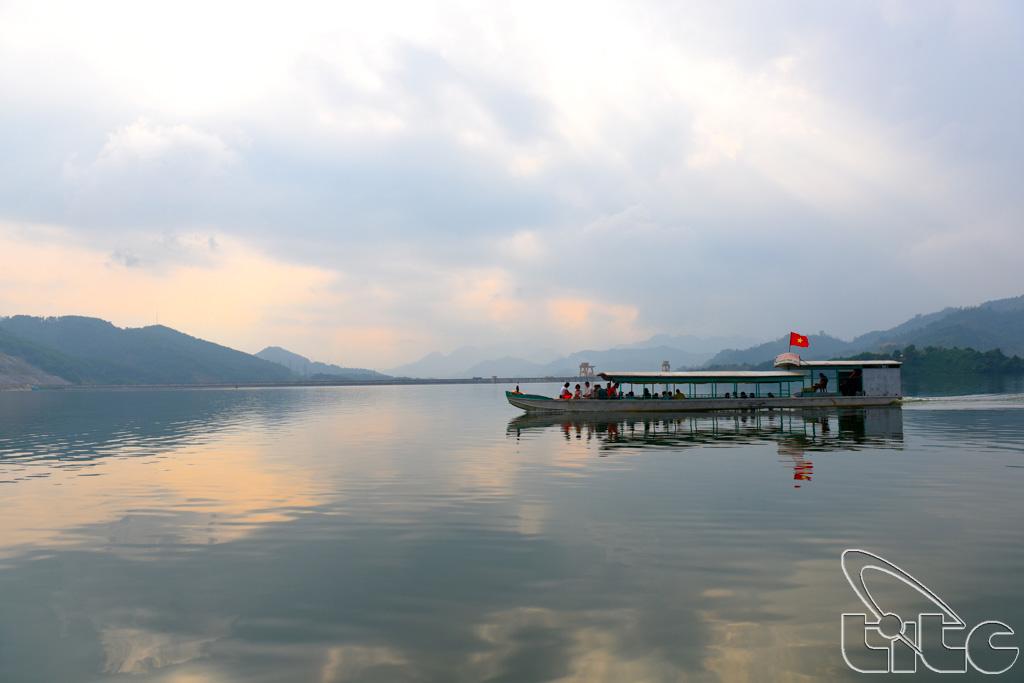 Đoàn tham quan lòng hồ thủy điện Na Hang (Tuyên Quang)