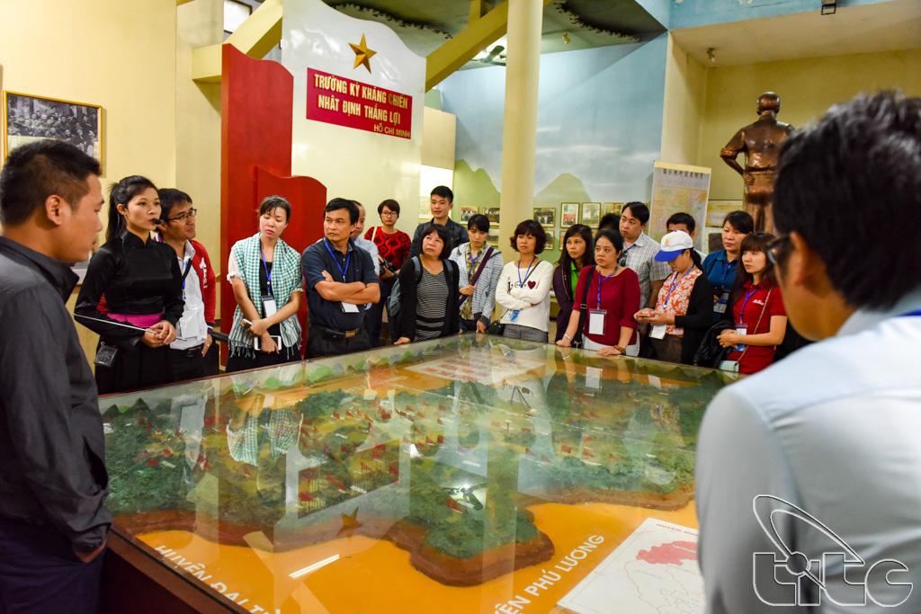 Đoàn nghe thuyết minh tại Khu di tích Lịch sử Tỉn Keo (Thái Nguyên)