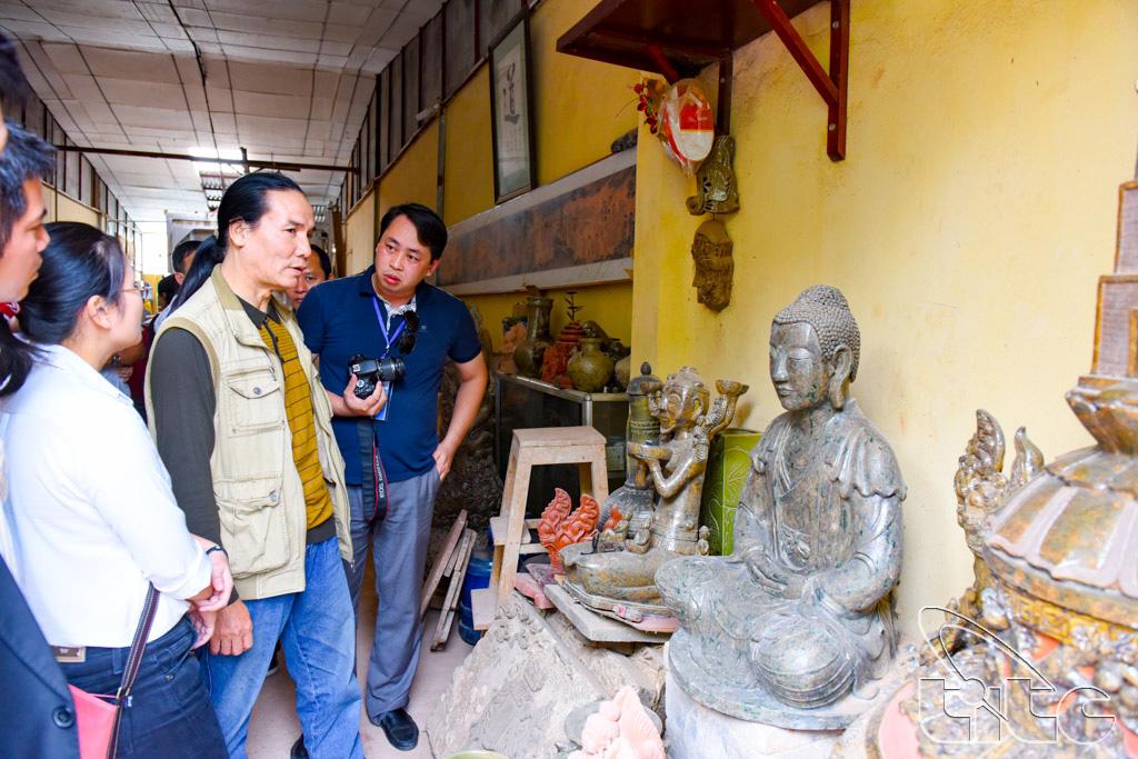 Đoàn tham quan cơ sở sản xuất Gốm sứ mỹ nghệ Luy Lâu (Bắc Ninh)
