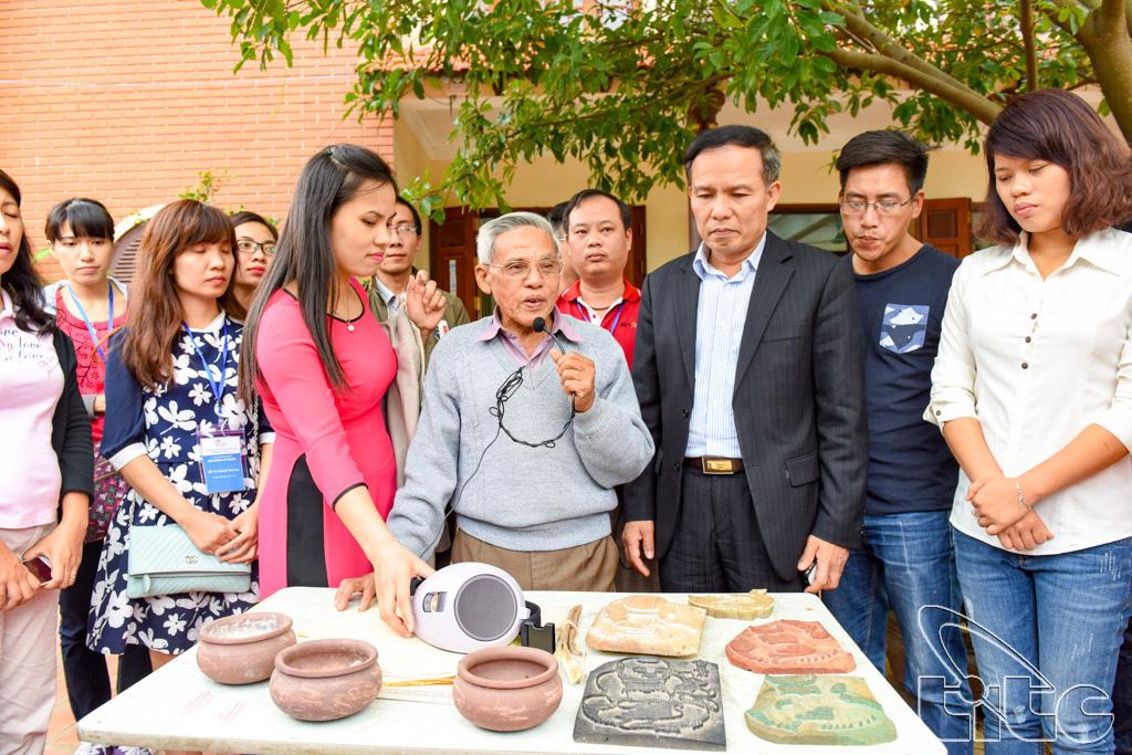 Nghệ nhân Nguyễn Đăng Chế giới thiệu với đoàn về Tranh Đông Hồ