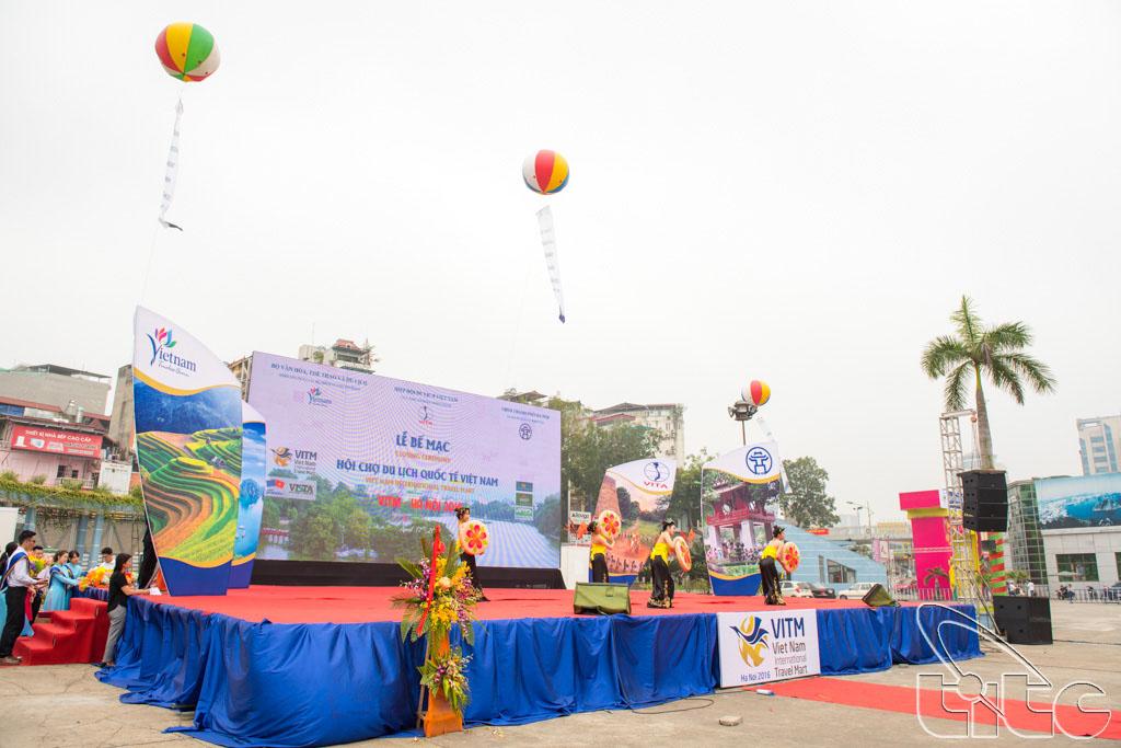 Biểu diễn văn nghệ tại lễ bế mạc Hội chợ Du lịch quốc tế - VITM Hà Nội 2016