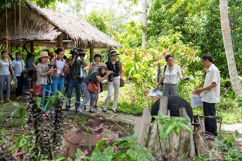 Đoàn khảo sát nghe giới thiệu về quy trình chế biến Ca Cao tại Vườn Ca Cao Mười Cương