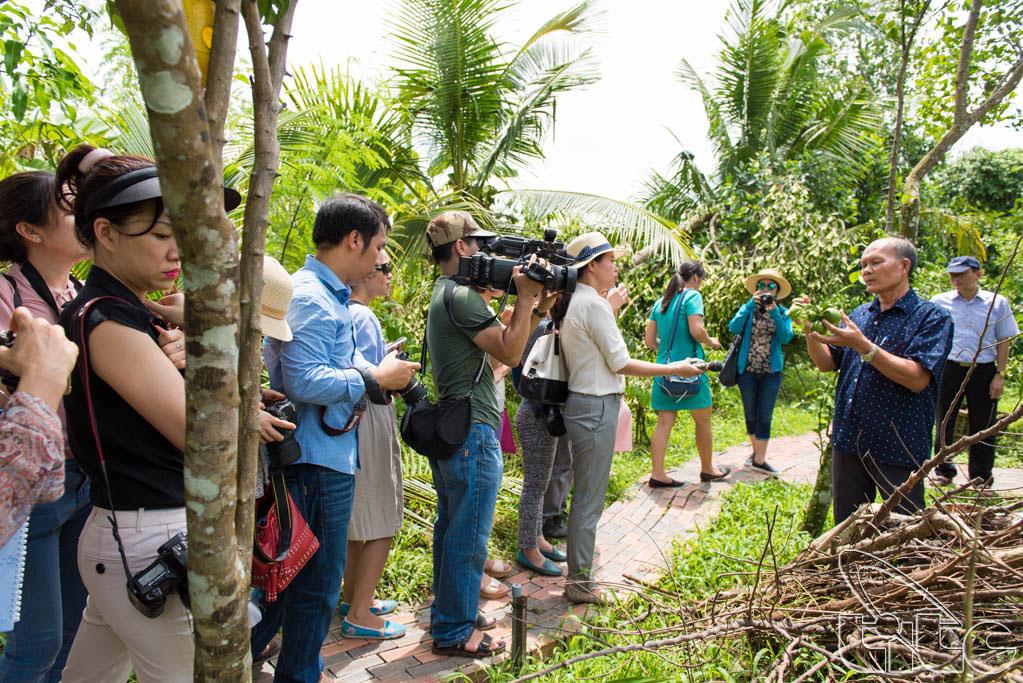Đoàn khảo sát thăm khu nhà vườn Vàm Xáng