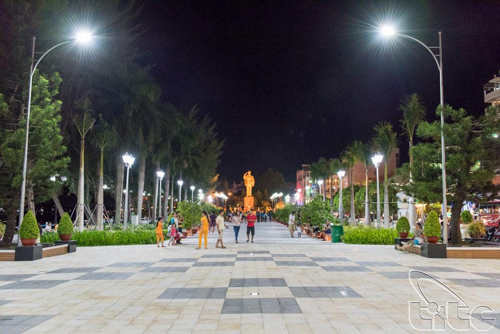 Đoàn khảo sát thăm bến Ninh Kiều