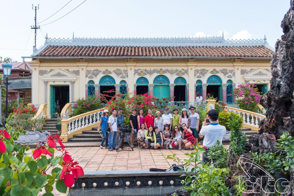 Đoàn khảo sát thăm nhà cổ Bình Thủy