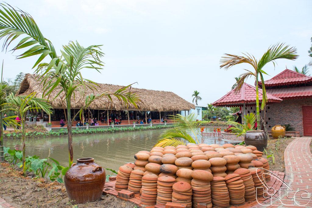 Đoàn khảo sát thưởng thức biểu diễn rối nước ở làng du lịch cộng đồng Yên Đức - Đông Triều - Quảng Ninh