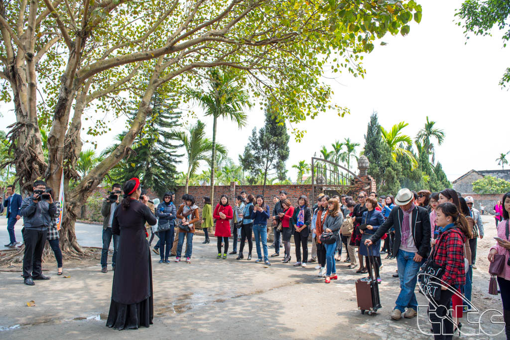 Đoàn khảo sát nghe giới thiệu về di tích chùa Cảnh Huống-Yên Đức