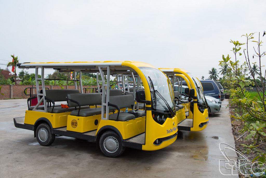 Xe điện sẵn sàng phục vụ du khách tham quan làng quê Yên Đức