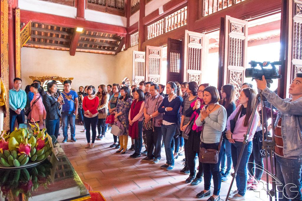 Đoàn khảo sát nghe giới thiệu về đền An Sinh