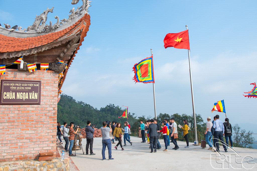 Đoàn khảo sát tham quan di tích chùa Ngọa Vân