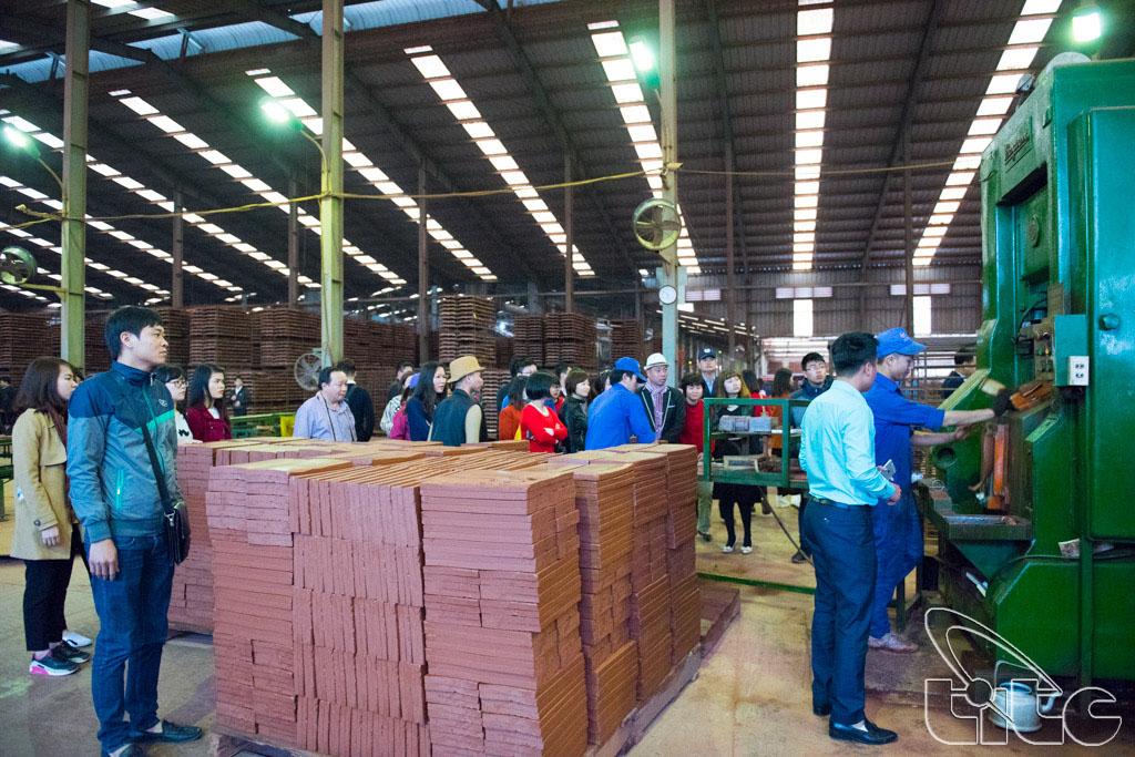 Đoàn khảo sát tham quan công ty gốm Đất Việt