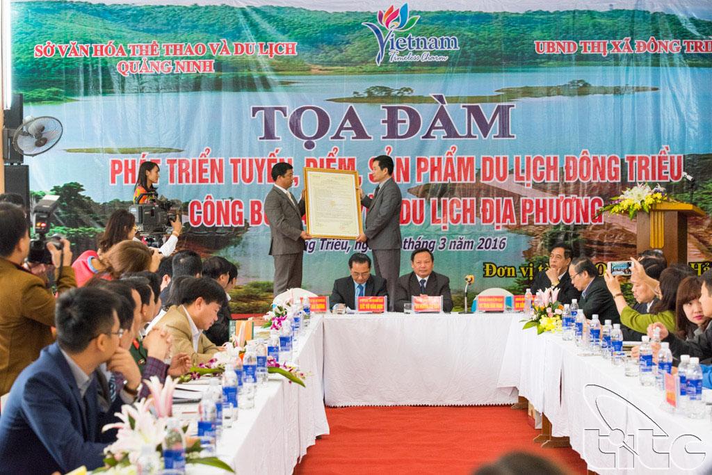 Lãnh đạo Sở VH-TT&DL Quảng Ninh trao Quyết định công nhận 14 điểm du lịch và 4 tuyến du lịch của thị xã Đông Triều