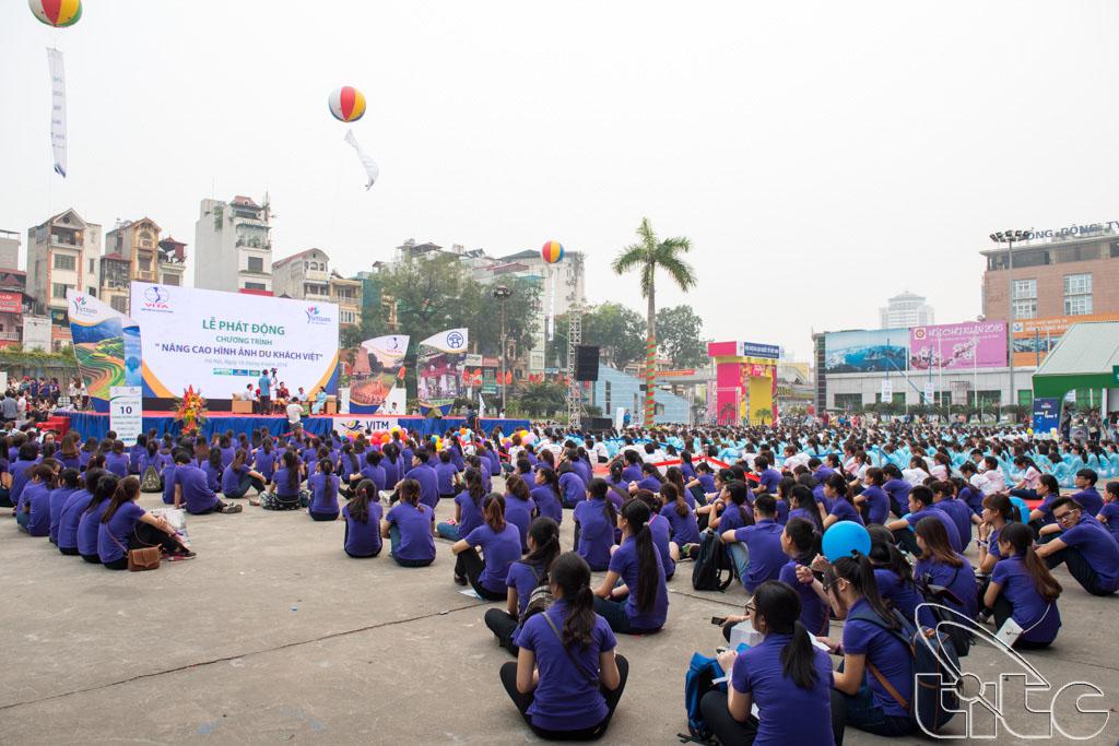 Hàng nghìn sinh viên tham gia buổi lễ phát động chiến dịch nâng cao hình ảnh du khách Việt