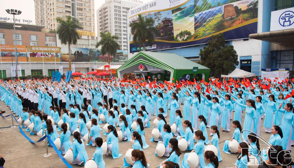 Sinh viên khoa Du lịch, Viện Đại học Mở tham gia lễ phát động chiến dịch nâng cao hình ảnh du khách Việt