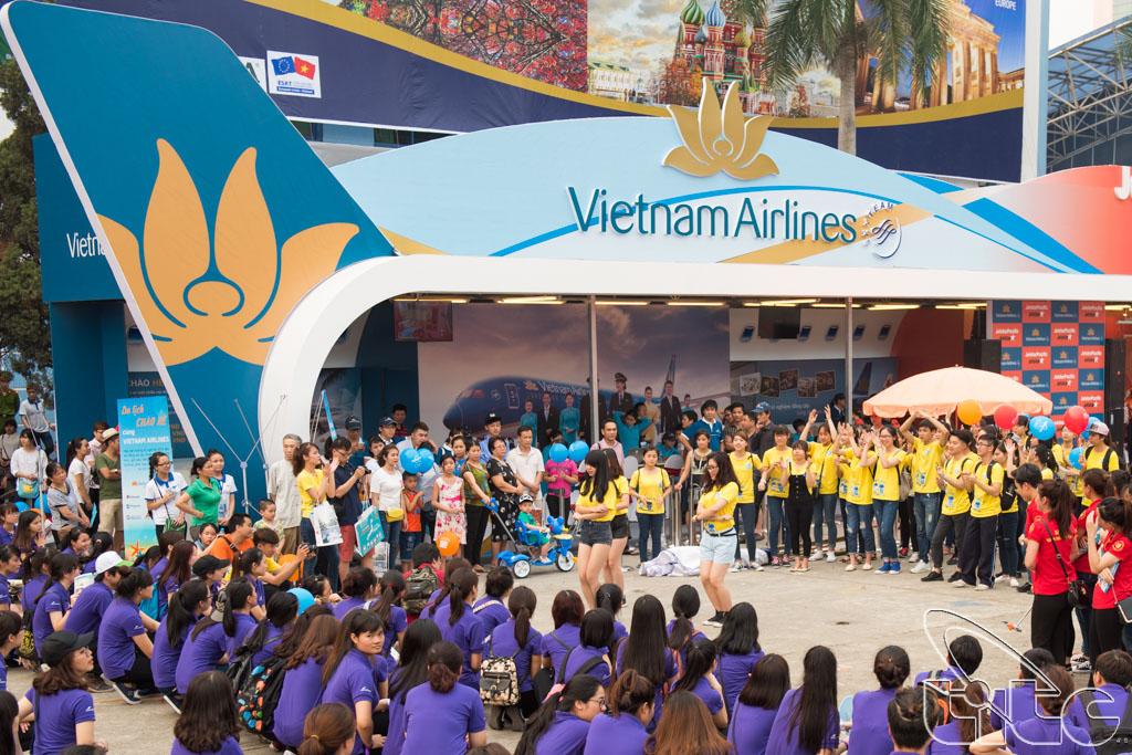 Sinh viên khoa Du lịch, trường Đại học KHXH&NV tham gia lễ phát động chiến dịch nâng cao hình ảnh du khách Việt