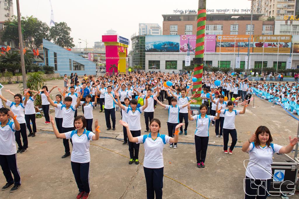 Sinh viên trường Cao đẳng Du lịch Hà Nội tham gia lễ phát động chiến dịch nâng cao hình ảnh du khách Việt