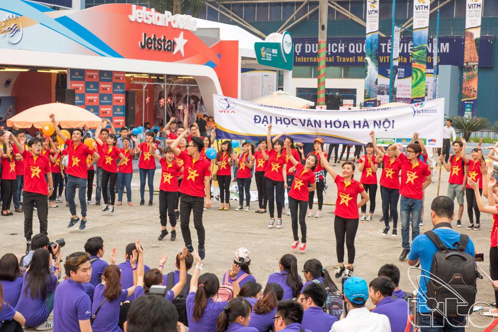 Sinh viên Đại học Văn hóa tham gia lễ phát động chiến dịch nâng cao hình ảnh du khách Việt