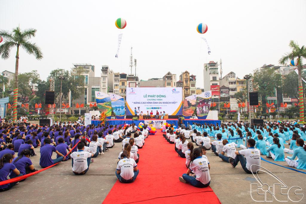 Giao lưu giữa sinh viên và các khách mời tham gia buổi lễ phát động chiến dịch nâng cao hình ảnh du khách Việt