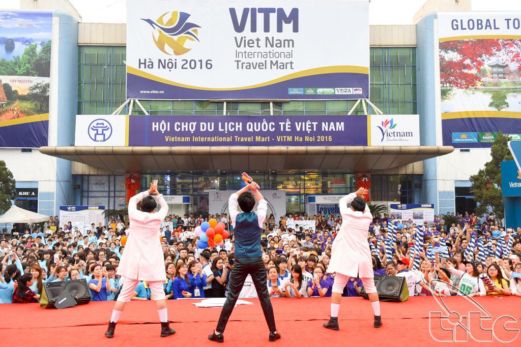 Ca sĩ Noo Phước Thịnh biểu diễn và giao lưu với các bạn sinh viên