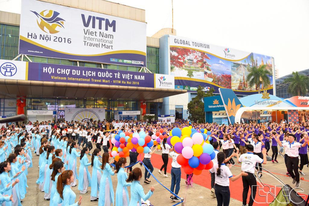 Hơn 2000 sinh viên du lịch tham gia tiết mục nhảy đồng diễn, hưởng ứng lễ phát động chiến dịch nâng cao hình ảnh du khách Việt