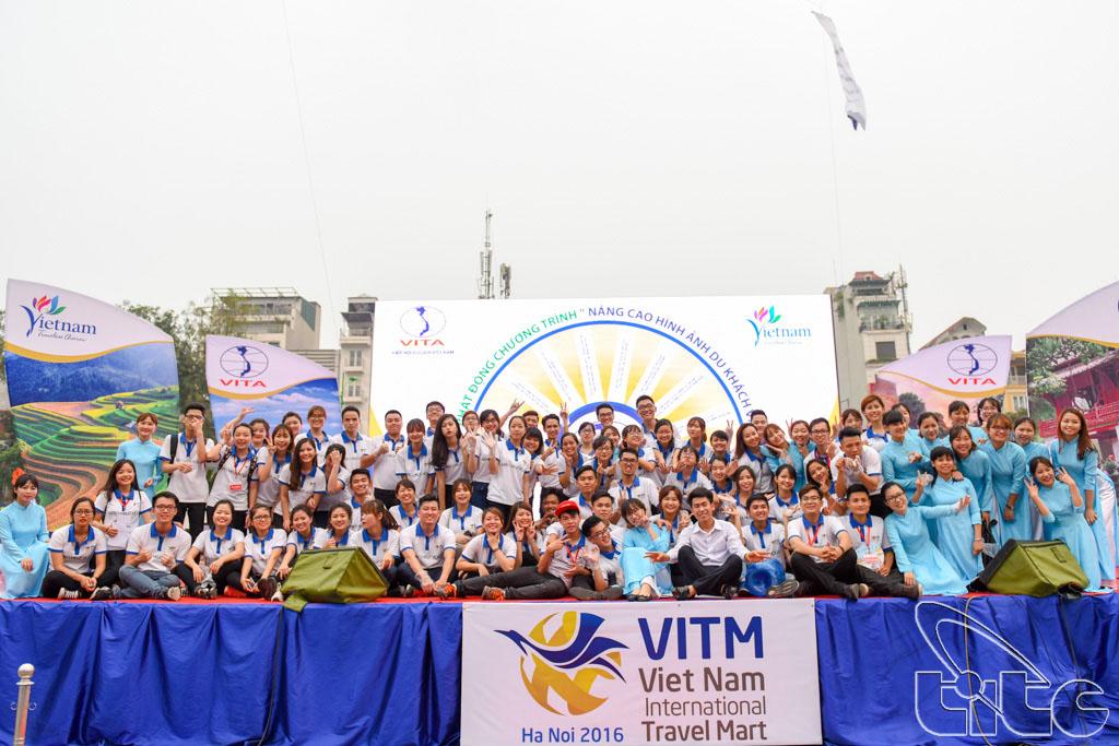 Sinh viên khoa Du lịch, Viện Đại học Mở chụp ảnh lưu niệm tại lễ phát động chiến dịch nâng cao hình ảnh du khách Việt