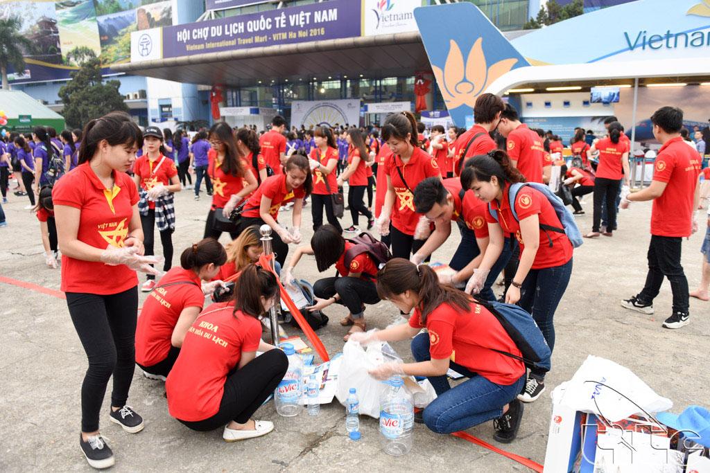 Sinh viên trường Đại học Văn hóa nhặt rác - một hành động cụ thể để hưởng ứng lễ phát động chiến dịch nâng cao hình ảnh du khách Việt