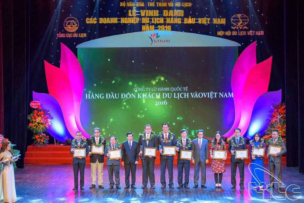 Trao giải cho 10 Doanh nghiệp kinh doanh lữ hành quốc tế hàng đầu đón khách du lịch vào Việt Nam