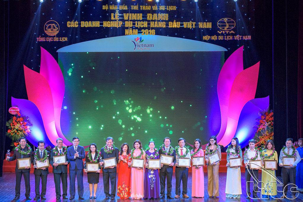 Trao giải cho 10 Nhà hàng ăn uống phục vụ khách du lịch hàng đầu Việt Nam và 5 Cơ sở mua sắm phục vụ khách du lịch hàng đầu Việt Nam