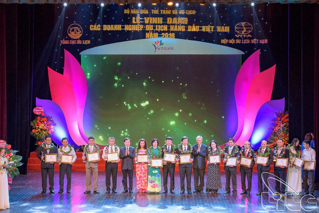 Trao giải cho 5 Doanh nghiệp kinh doanh vận chuyển khách du lịch bằng ô tô hàng đầu Việt Nam, 5 Điểm tham quan du lịch hàng đầu Việt Nam và 5 Điểm dừng chân phục vụ khách du lịch hàng đầu Việt Nam